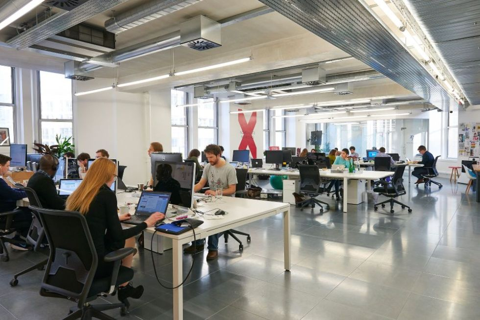Fra kontorerne hos TransferWise.com, der er en af de mange strålende historier fra startup-scenen i Shoreditch-kvarteret. Virksomheden er startet som en tomands-virksomhed i 2010 af Taavet Hinrikus and Kristo Käärmann. I dag beskæftiger virksomheden 250 ansatte og skønnes at have en markedsværdi tæt på en milliard dollars. TransferWise modtog i 2014 et kapitalindskud på 58 millioner dollars fra amerikanske investorer.