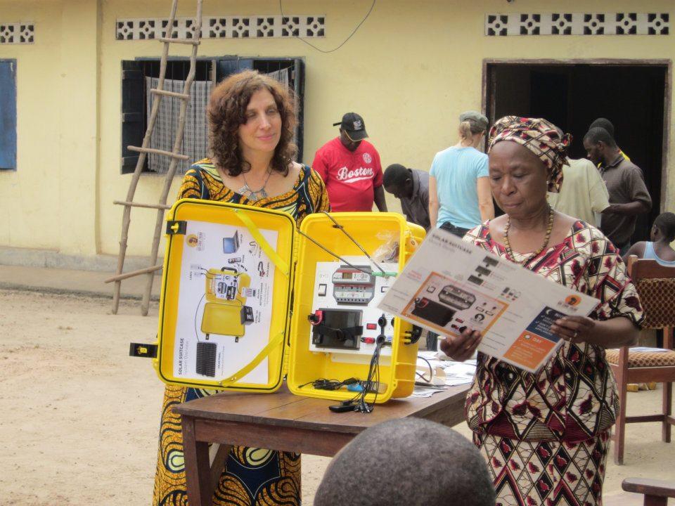 Laura Stachel med Solkufferten ved en sundhedsklinik i Sierra Leone.