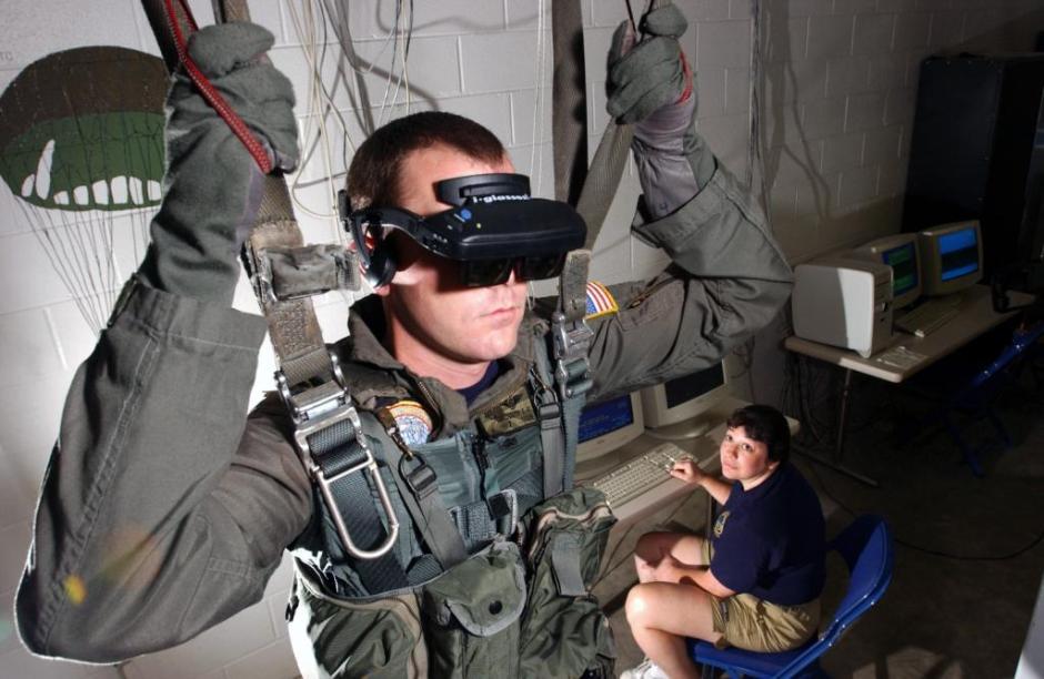 Soldat i den amerikanske flåde anvender VR i simulator til træning af faldskærmsudspring.
