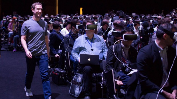Facebook's Mark Zuckerberg på vej til talerstolen ved en Samsung event i Barcelona, februar, 2016.