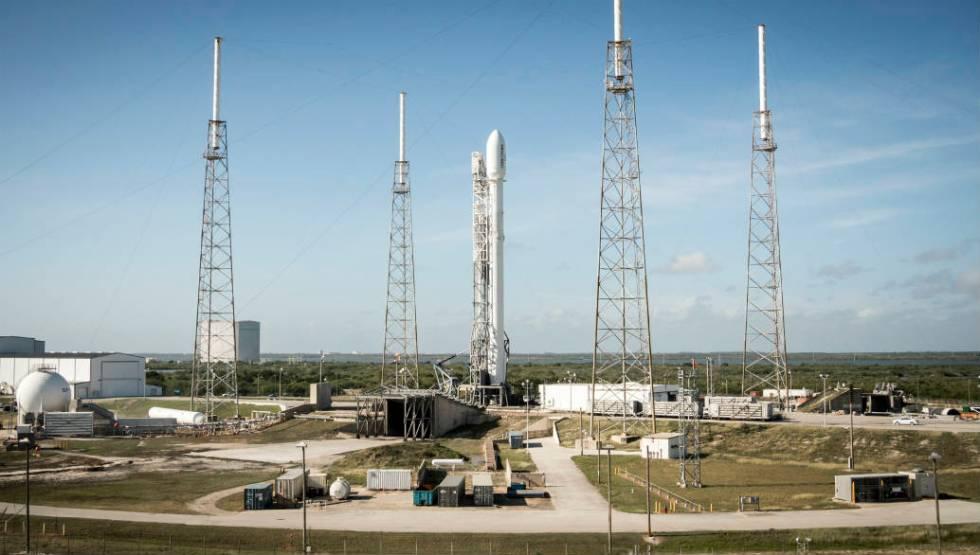 SpaceX Falcon 9 på affyringsrampen.